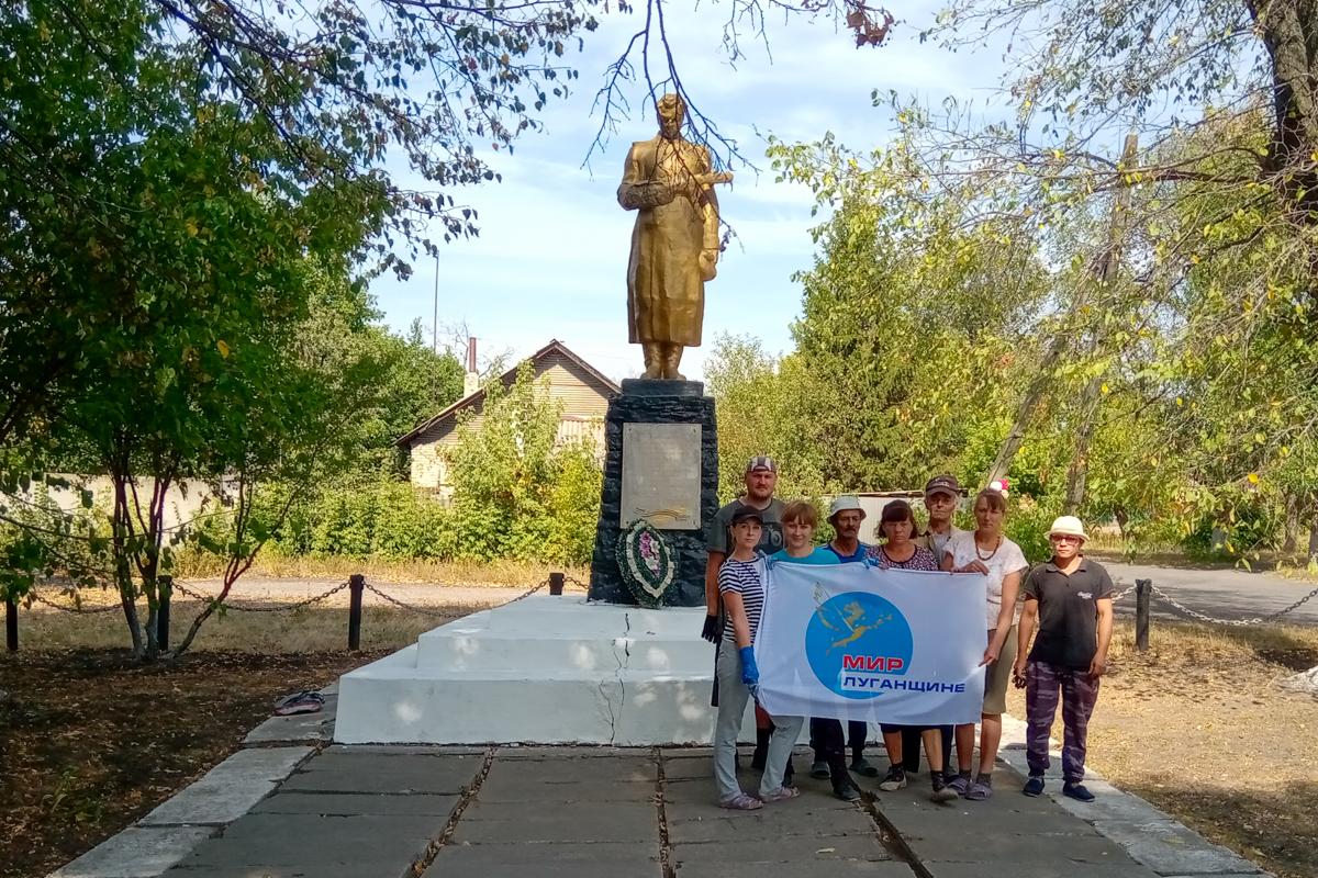 В Красном Луче активисты провели субботник в посёлке Софиейский 2
