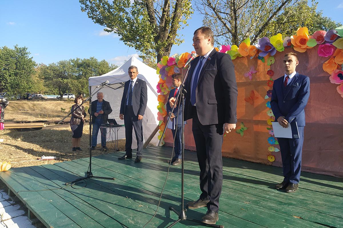 Активисты ОД «Мир Луганщине» поздравили жителей Зоринска с Днём города 2