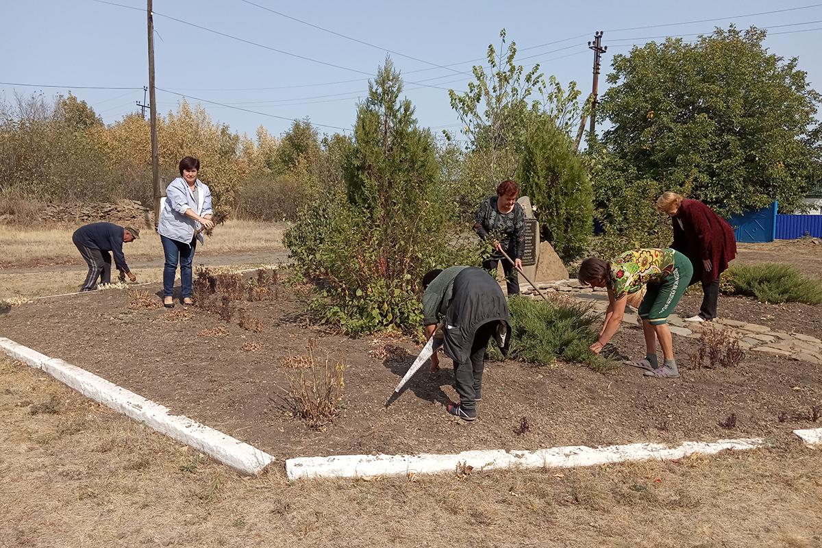 Активисты движения провели субботник в селе Рафайловка Антрацитовского района 3