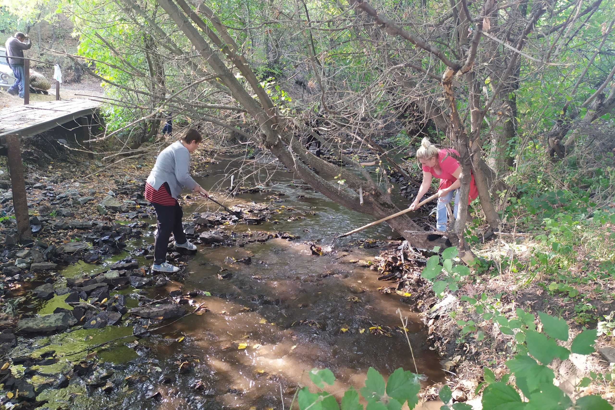 Активисты ОД «Мир Луганщине» очистили русло реки Миусик 1