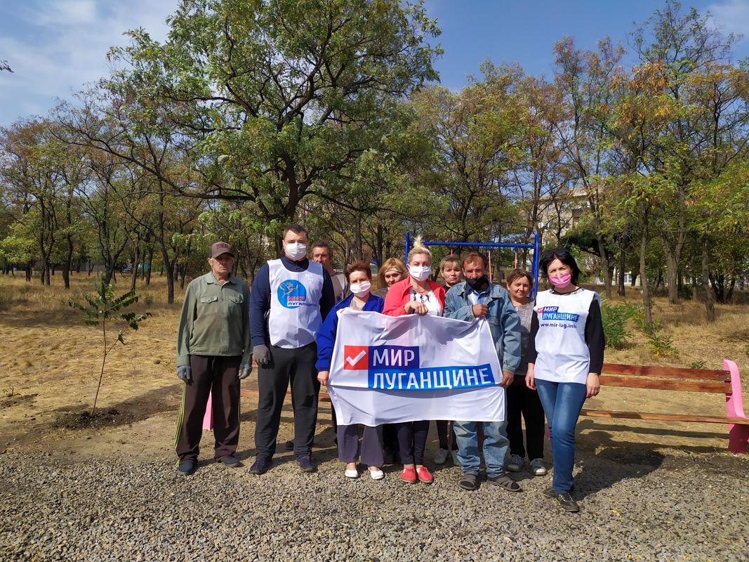 В Вахрушево активисты провели субботник и высадили саженцы деревьев в парке 3