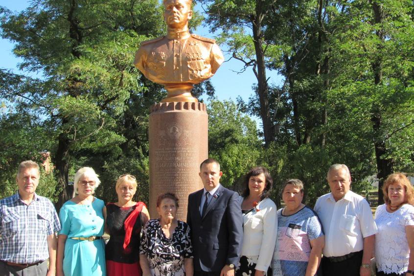 Активисты ОД «Мир Луганщине» почтили память дважды Героя Советского Союза Ивана Михайличенко 2