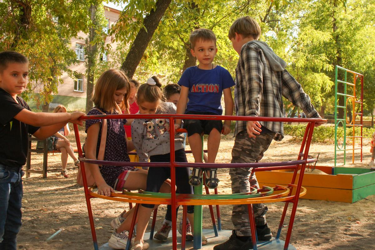 В луганском сквере Победы торжественно открыли новую детскую площадку 4