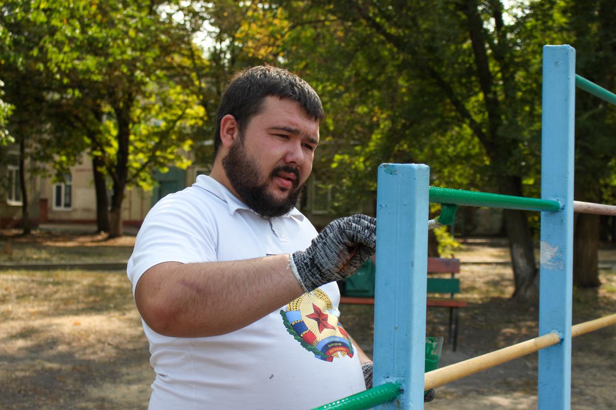 Активисты проекта «Молодая Гвардия» провели субботник у Луганского центра детского и юношеского творчества «Восток» 6