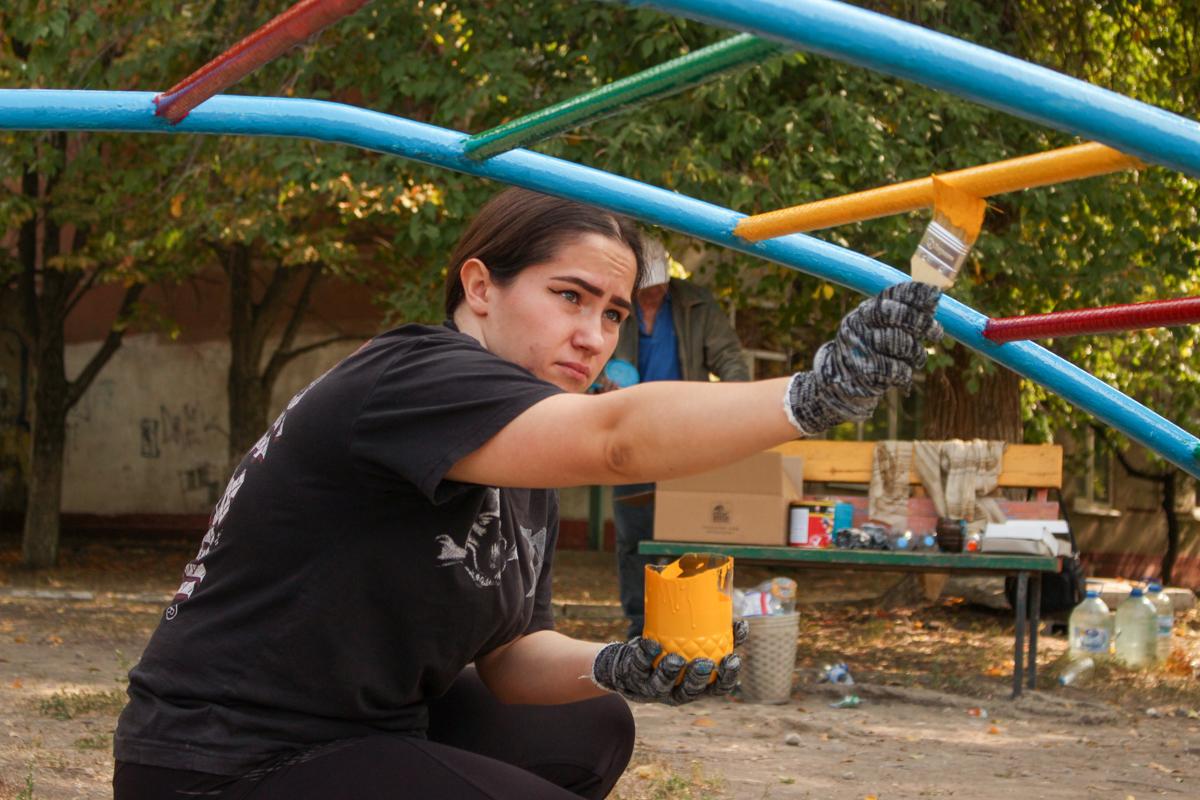 Активисты проекта «Молодая Гвардия» провели субботник у Луганского центра детского и юношеского творчества «Восток» 4