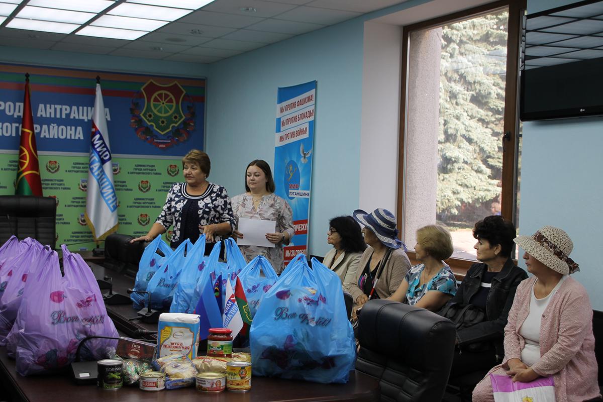Нуждающиеся жители Антрацита и Антрацитовского района получили продуктовые наборы от проекта «Волонтёр» 2