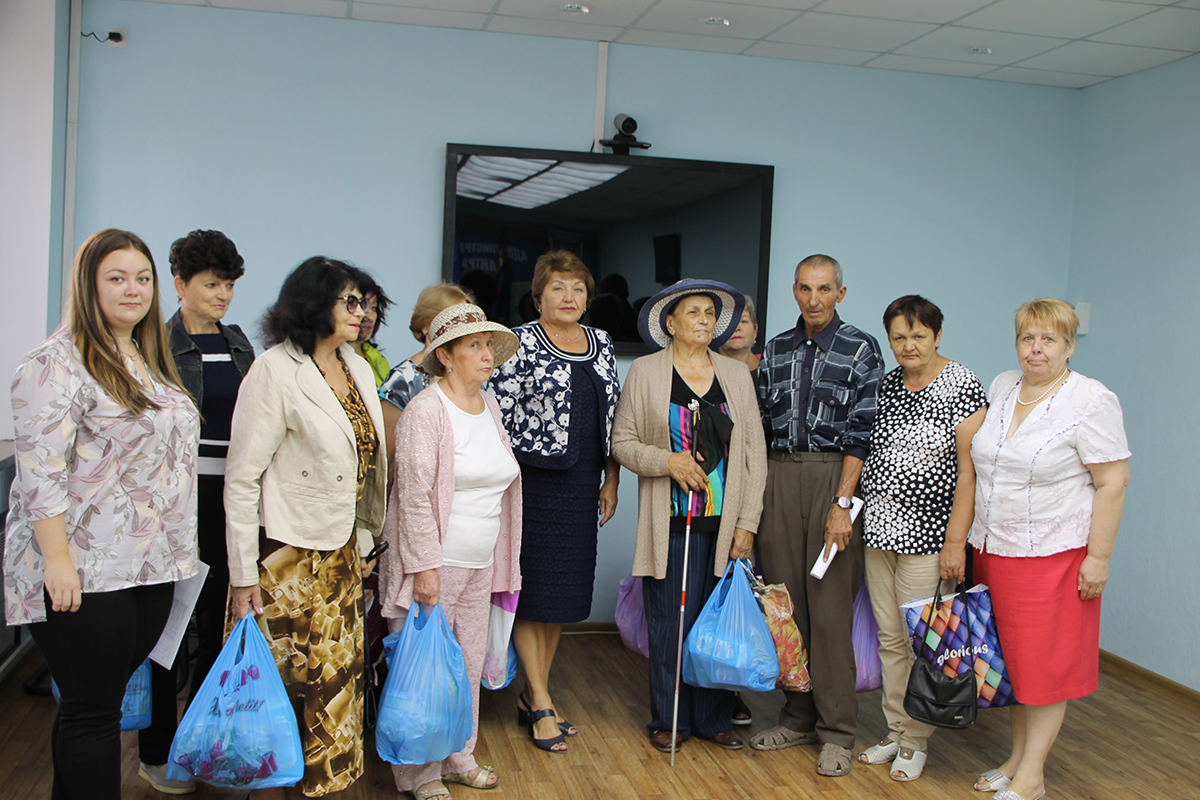Нуждающиеся жители Антрацита и Антрацитовского района получили продуктовые наборы от проекта «Волонтёр»