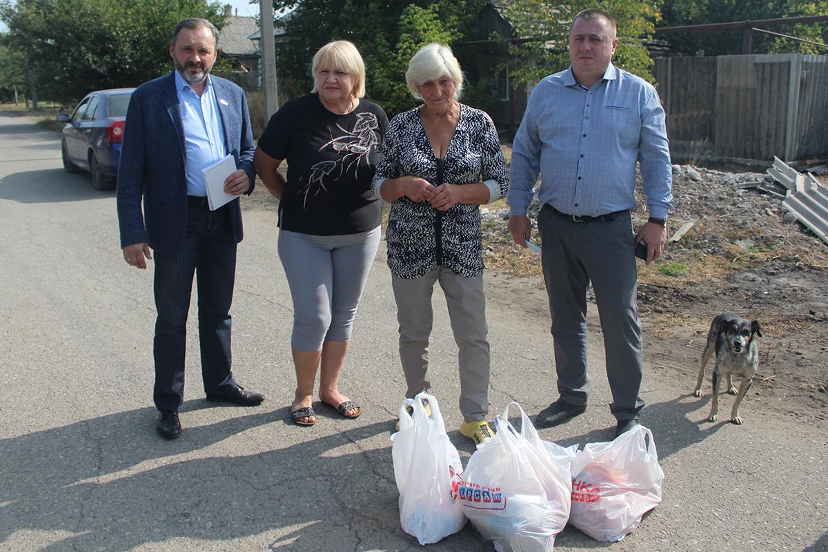 Депутат Андрей Лицоев доставил жительнице Зимогорья продуктовый набор