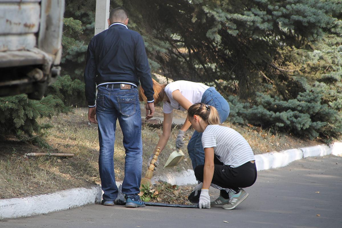 Антрацитовские активисты приняли участие в субботнике ко Дню города 2