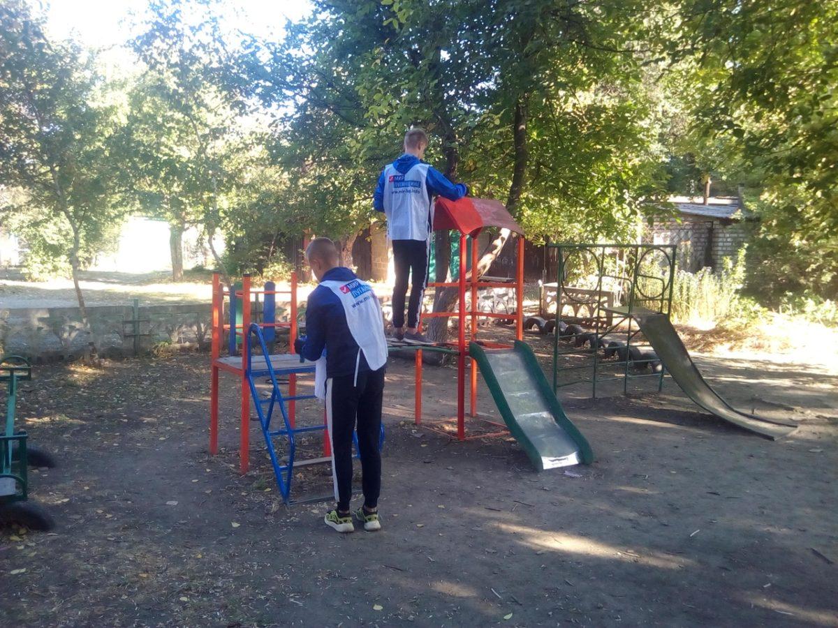 В Каменнобродском районе Луганска покрасили ещё одну детскую площадку