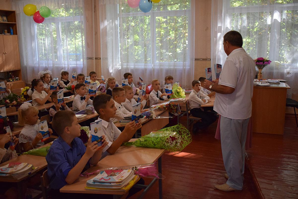 Первомайские школьники получили подарки от ОД «Мир Луганщине» 1