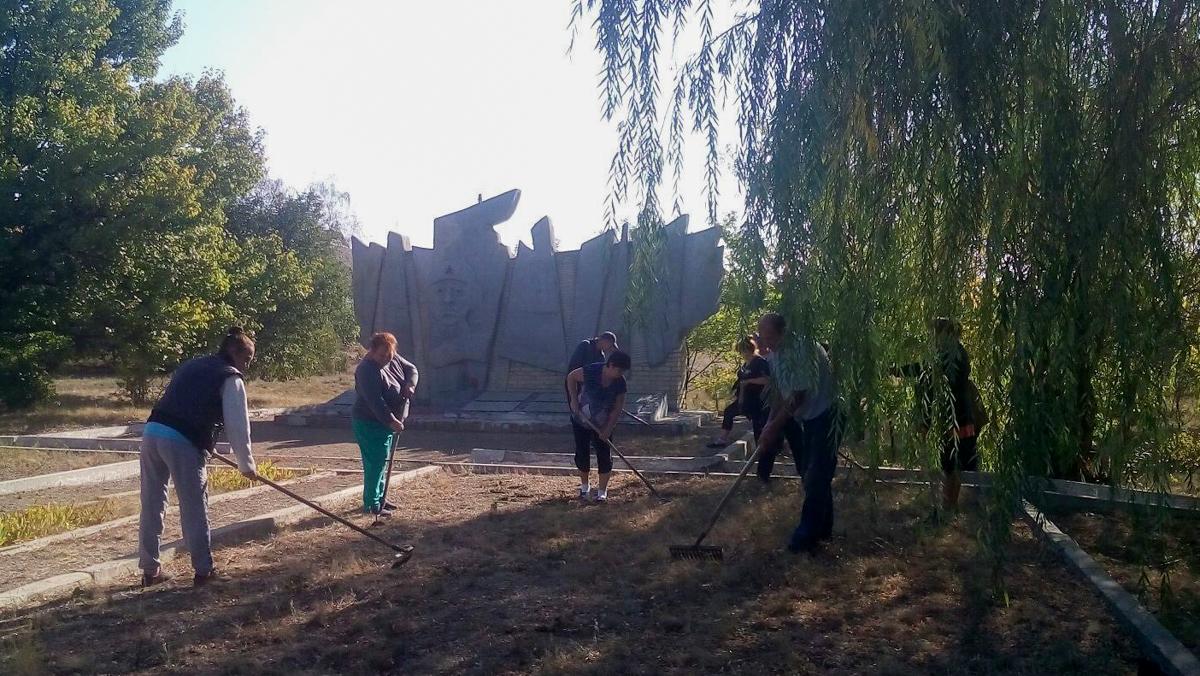 Активисты из Красного Луча привели в порядок братскую могилу советских воинов