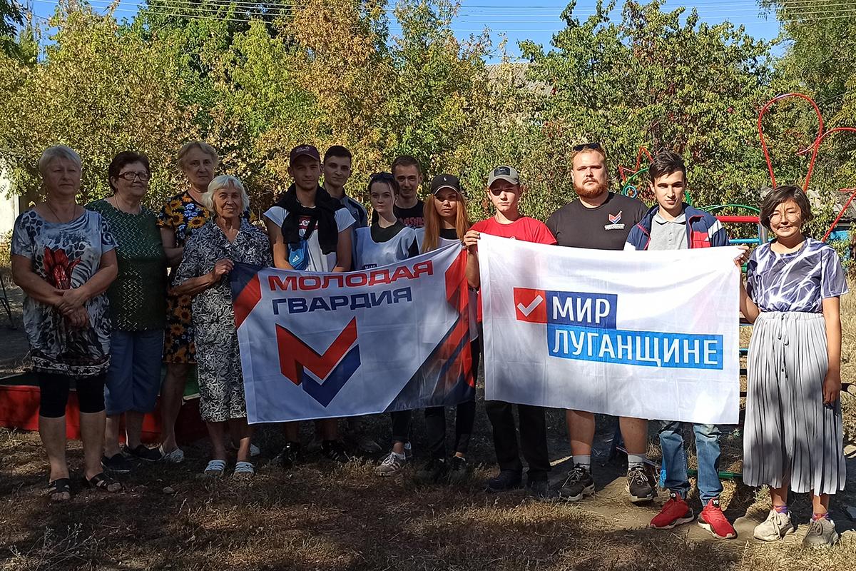 Активисты благоустроили детскую площадку в Стаханове