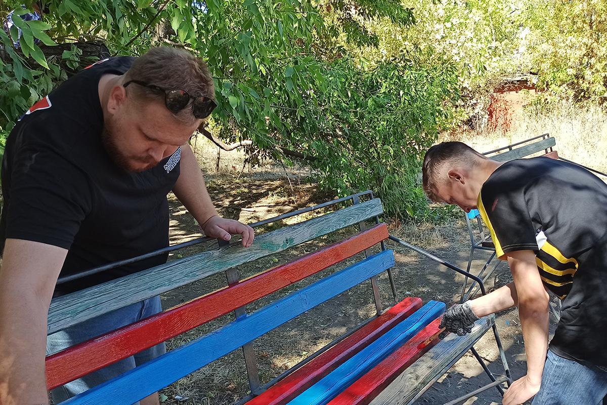 Активисты благоустроили детскую площадку в Стаханове 3