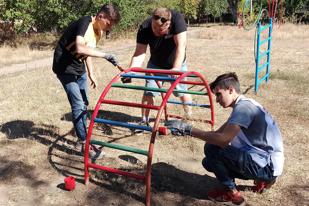 Активисты благоустроили детскую площадку в Стаханове 2
