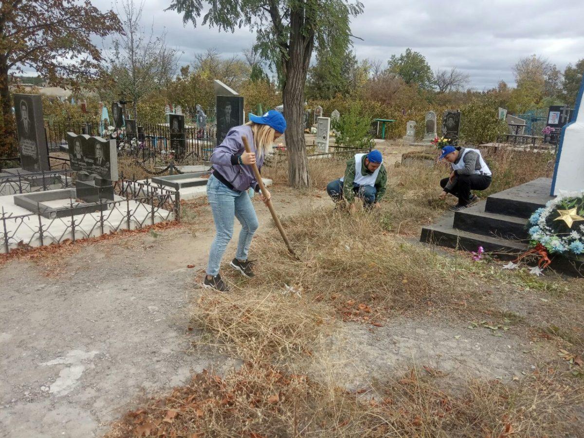 Лутугинские активисты провели субботник у братской могилы