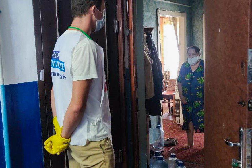 В рамках акции «Рука помощи» волонтёры помогли 27 жителям ЛНР