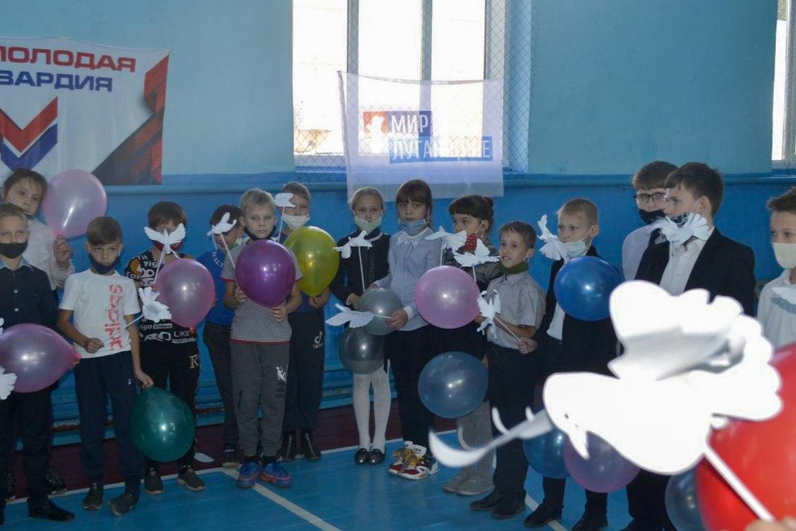 Учеников ровеньковской школы поздравили с Днём мира 2