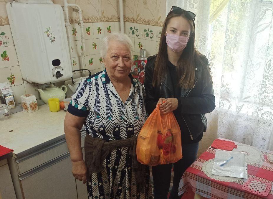 Активисты проекта «Волонтёр» передали луганчанам ежемесячную помощь от ЛЭМЗ 1