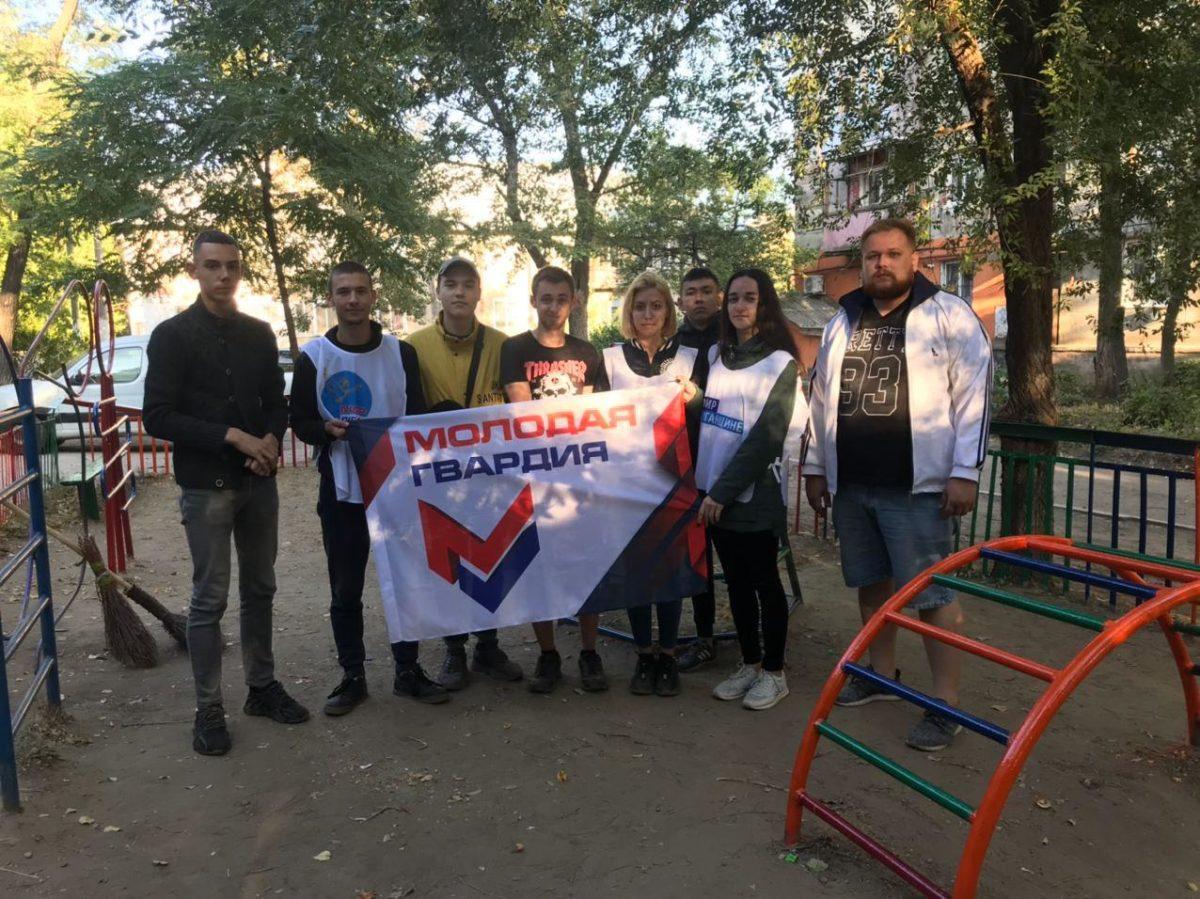 Активисты Стаханова покрасили ещё одну детскую площадку
