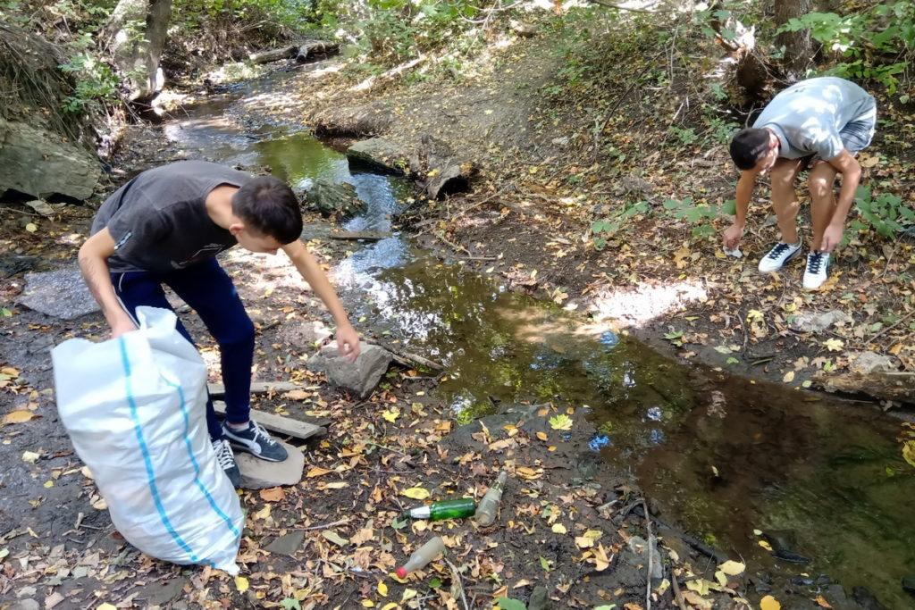 Активисты Стаханова провели субботник у родника в рамках Международного месячника охраны природы
