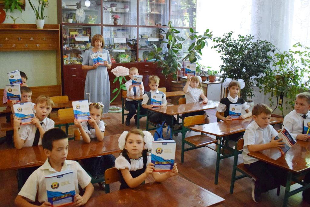 В Кировске дети получили дневники от ОД «Мир Луганщине»