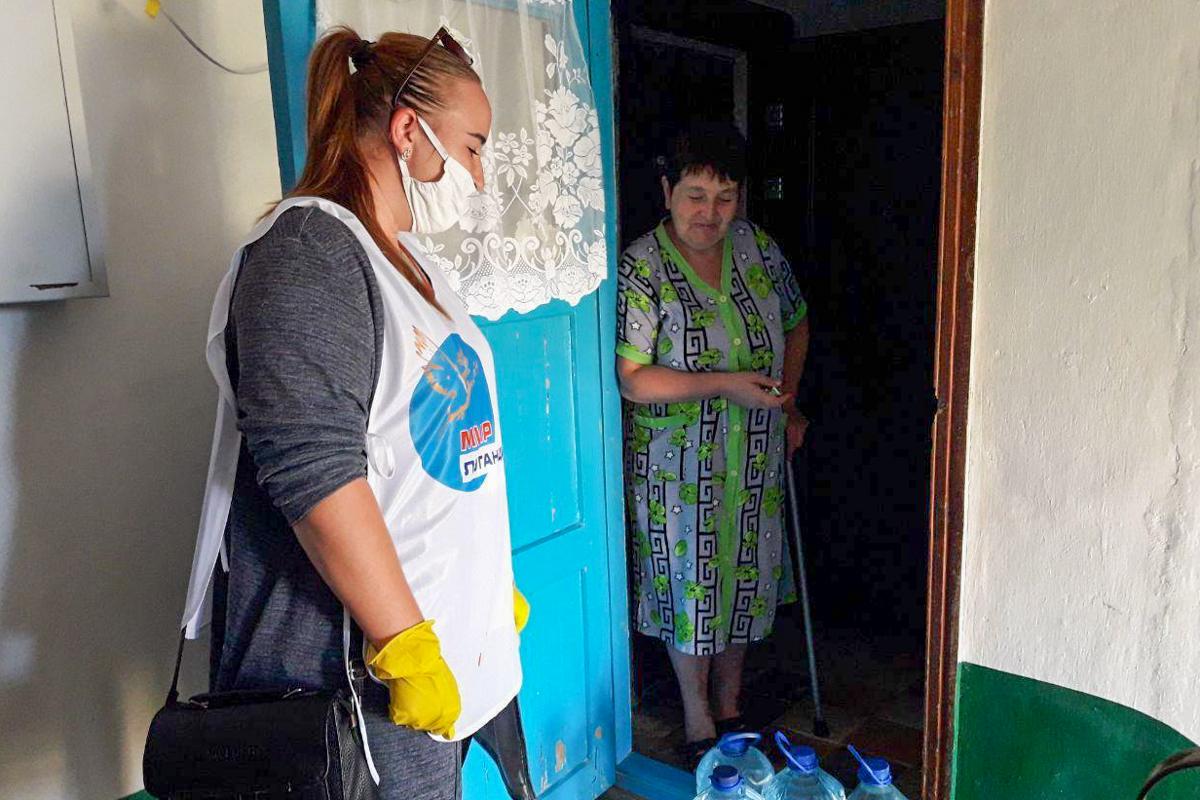 Волонтёры в рамках акции «Рука помощи» помогли жительницам Кировска 1
