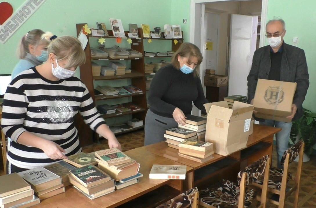 В Кировске активисты передали в фонд городской библиотеки 300 книг