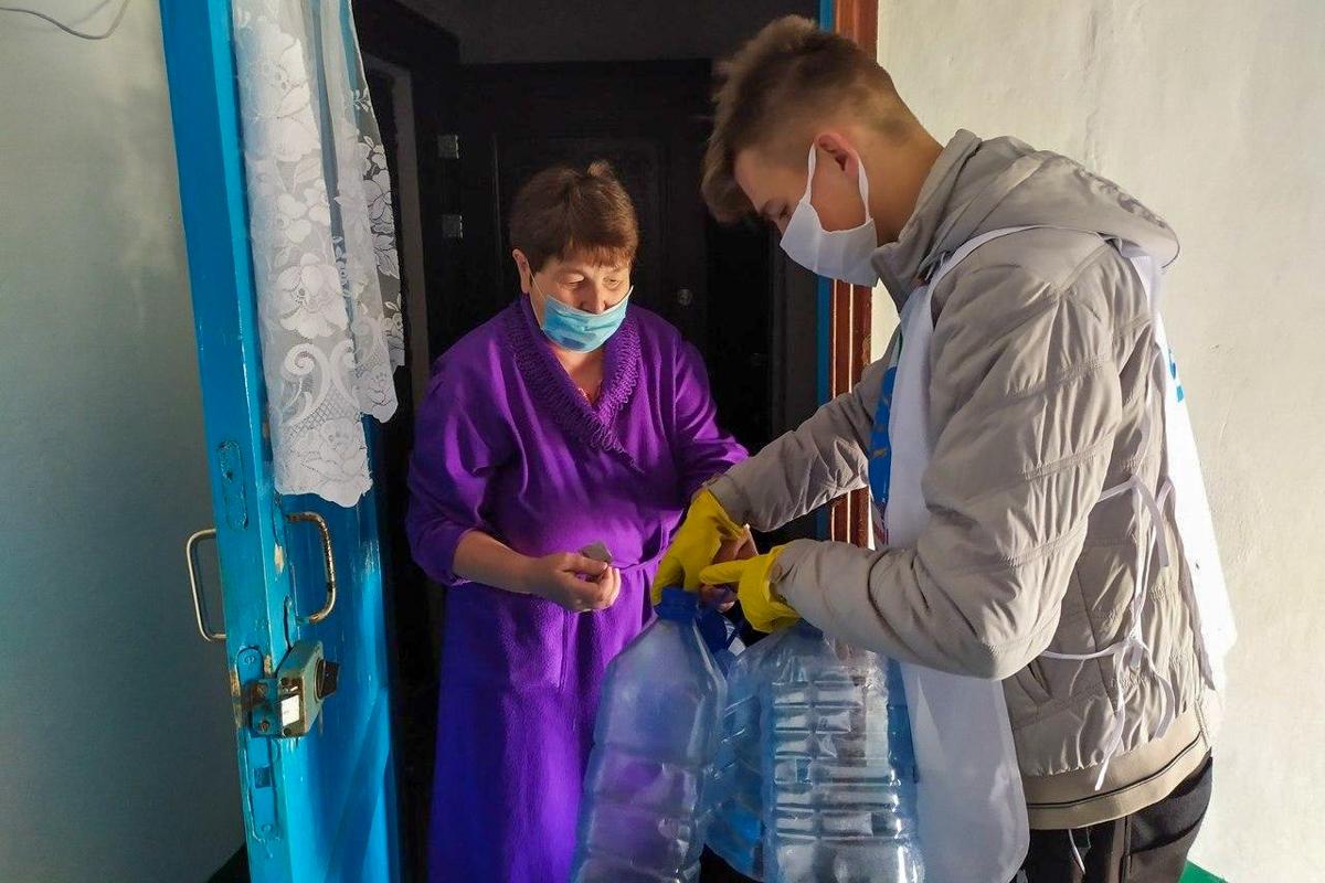 Волонтёры в рамках акции «Рука помощи» помогли жительницам Кировска