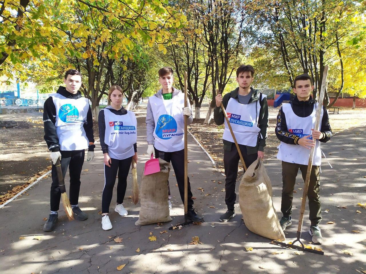 Активисты проекта «Молодая Гвардия» города Кировска провели субботник в городском парке