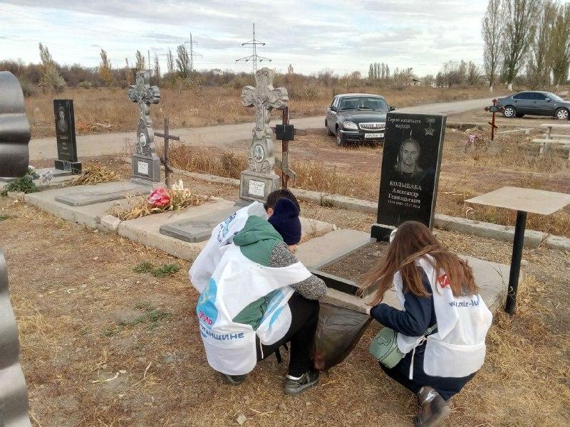 В Перевальске активисты провели субботник на Аллее Славы