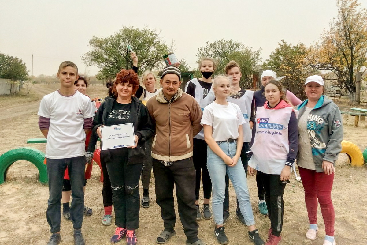 Активисты ОД «Мир Луганщине» покрасили площадку в рамках акции «Здоровое поколение» 2