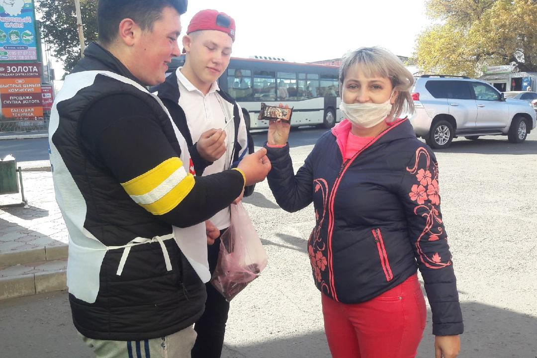 В Свердловске активисты провели акцию под названием «Меняем сигарету на конфету»