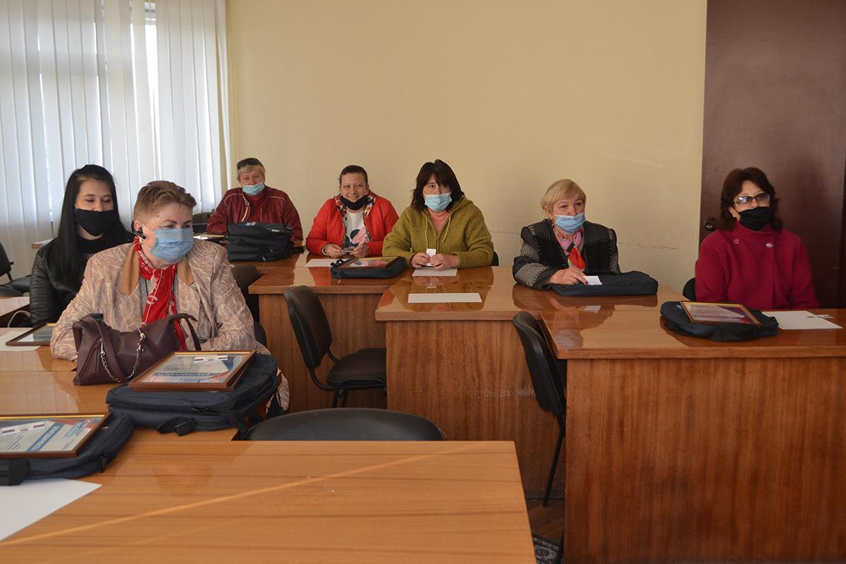 Депутат Александр Криеренко вручил подарки почтальонам Каменнобродского района Луганска 2