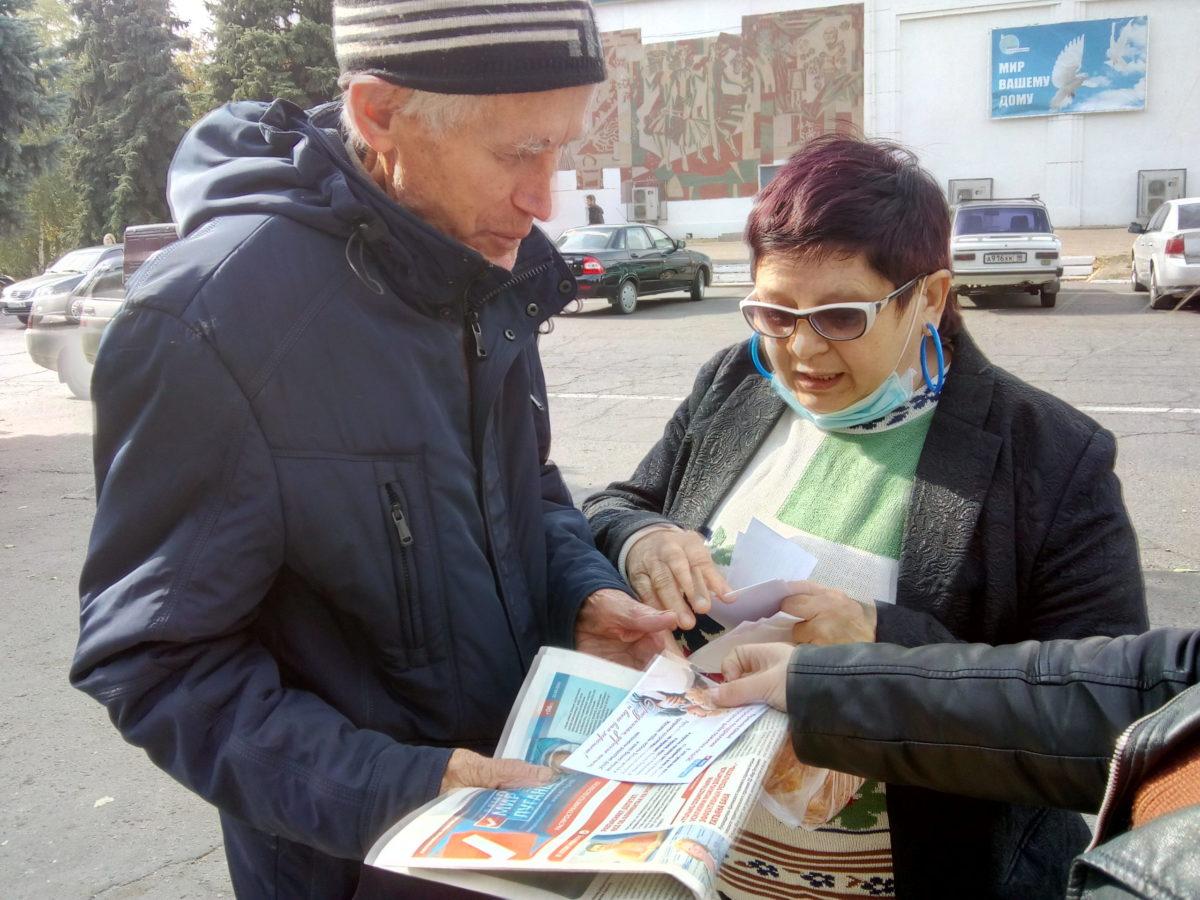 Активисты поздравили жителей посёлка Славяносербск с Международным днём пожилых людей