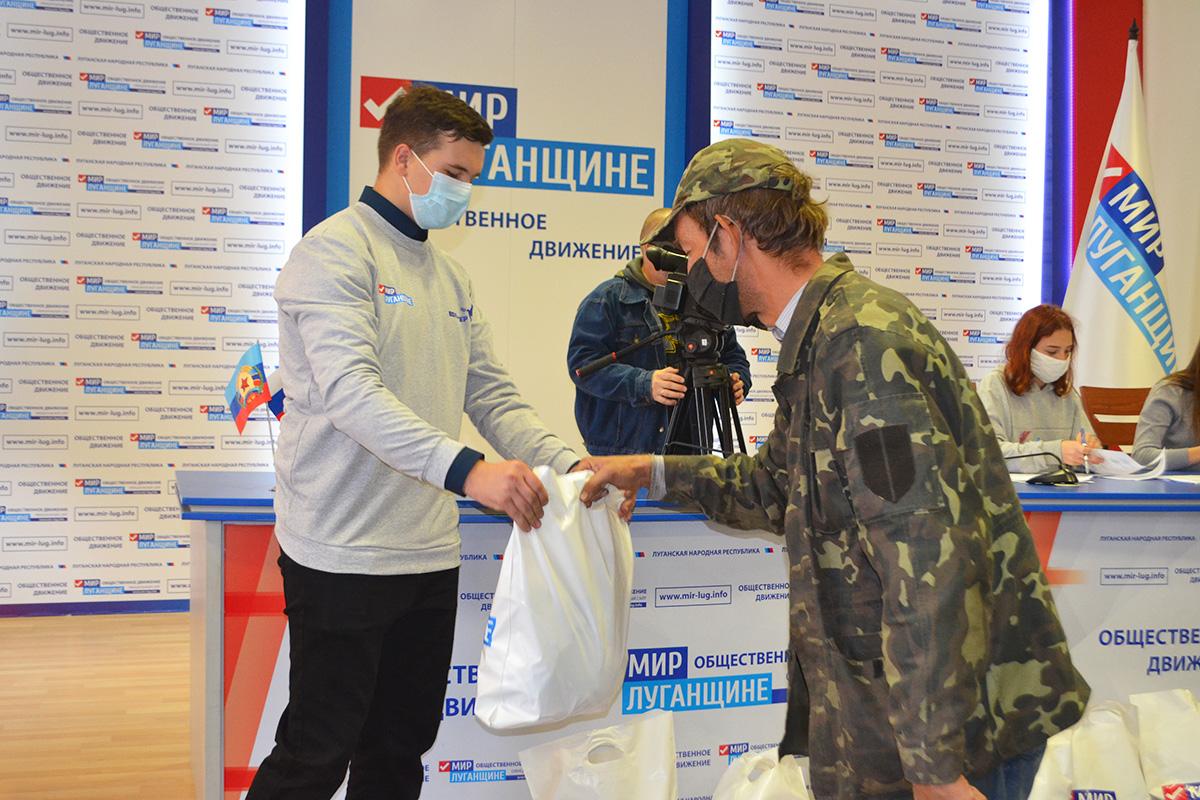В Луганске работникам сельскохозяйственной отрасли и перерабатывающей промышленности выдали продуктовые наборы от проекта «Волонтёр» 6