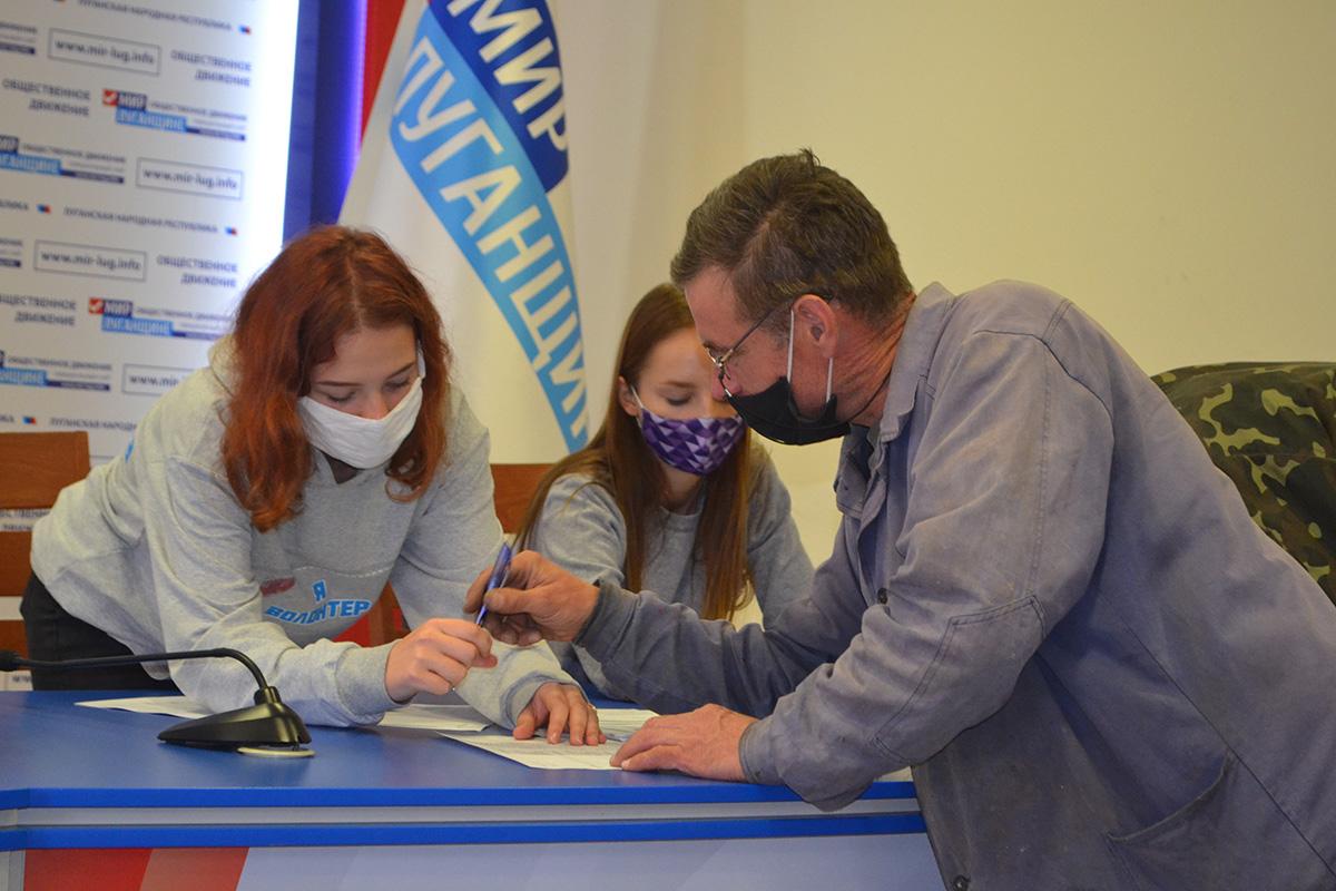 В Луганске работникам сельскохозяйственной отрасли и перерабатывающей промышленности выдали продуктовые наборы от проекта «Волонтёр» 7