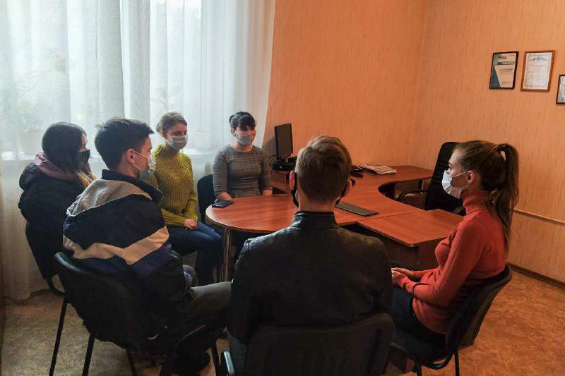 В Перевальске для активистов проекта «Молодая Гвардия» ОД «Мир Луганщине» провели урок мужества