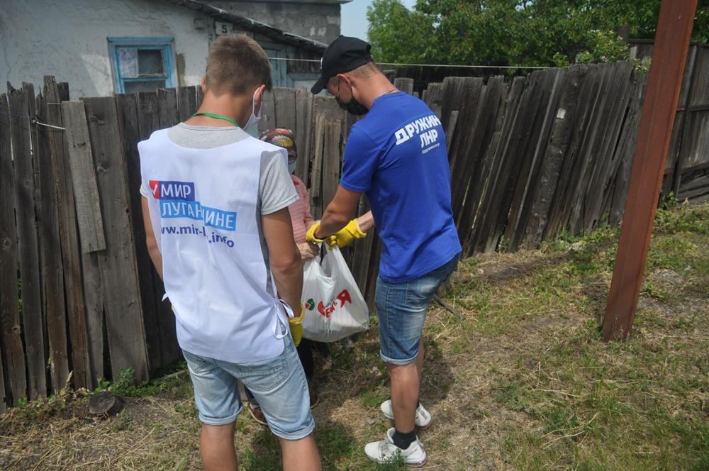 Волонтёры помогли с покупками двум пожилым жителям Брянки