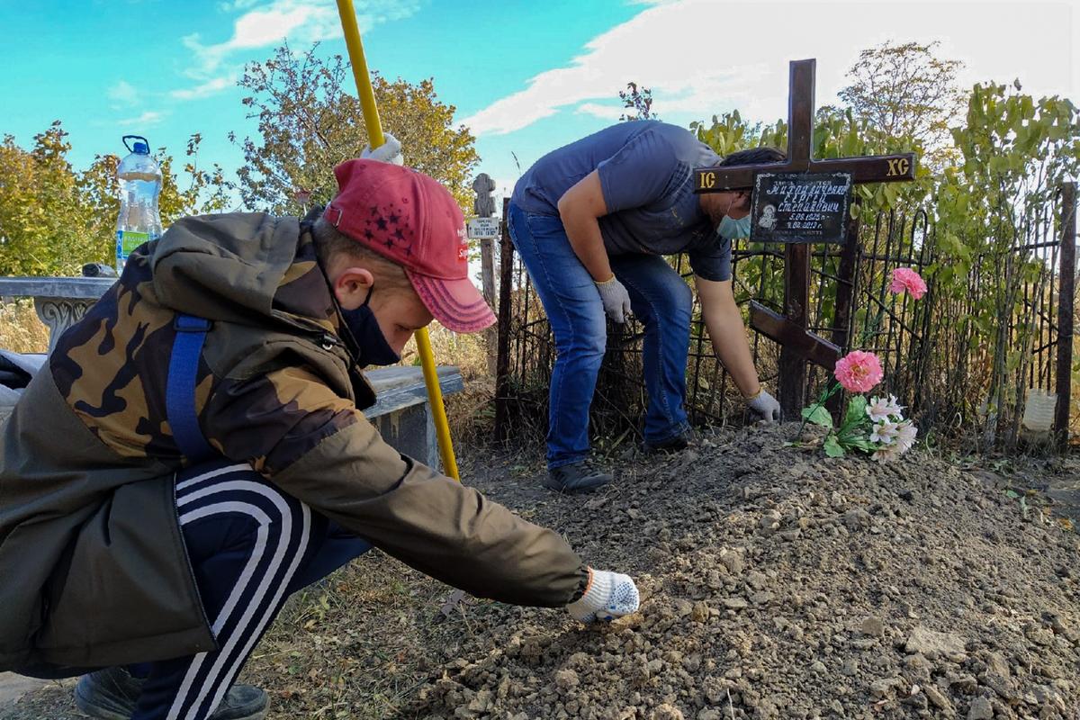 В Артёмовске активисты провели субботник в рамках проекта «Мы помним!» ОД «Мир Луганщине»