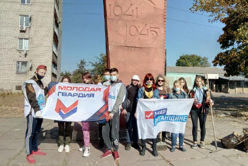 Активисты провели субботник у обелиска Победы в Перевальске