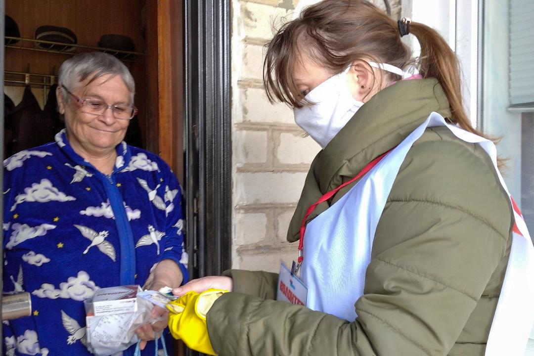 Волонтёры помогли жителям Свердловска в рамках акции «Рука помощи» 2