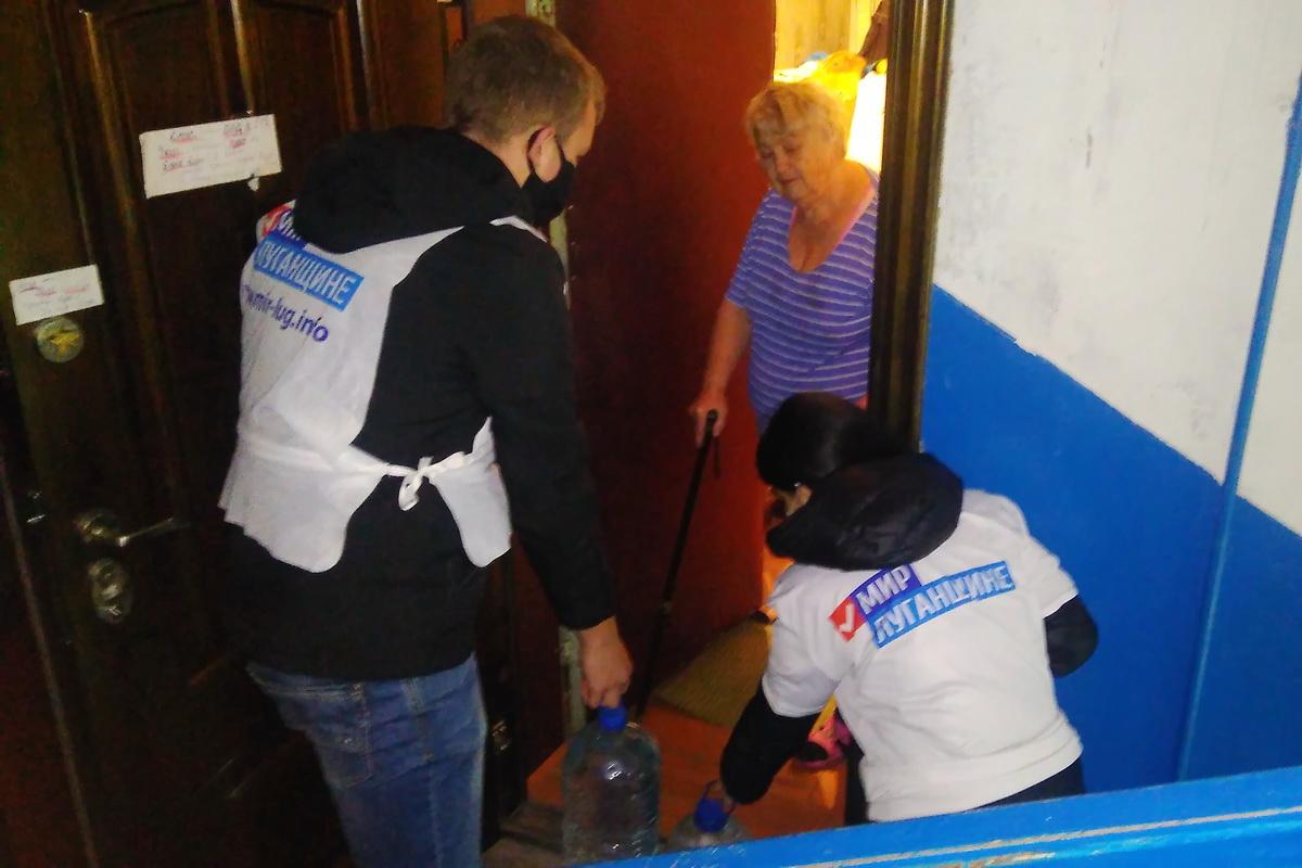Волонтёры Красного Луча помогли жительнице города в рамках акции «Рук помощи»