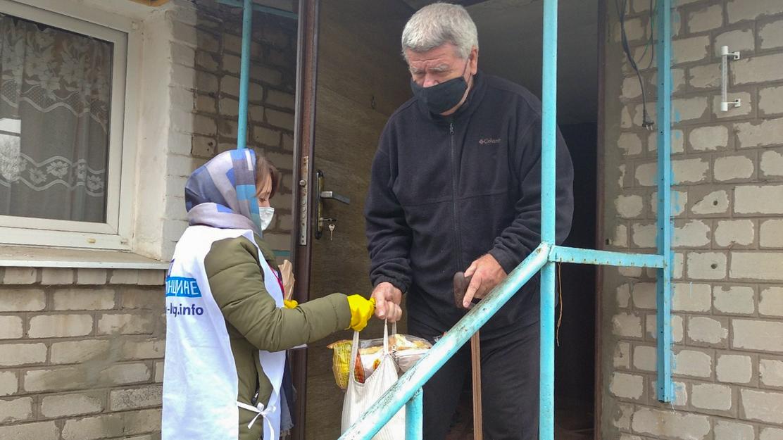 Волонтёры помогли жителям Свердловска в рамках акции «Рука помощи»