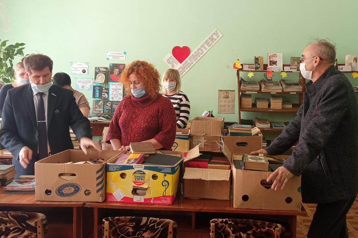 Активисты ОД «Мир Луганщине» передали книги в библиотеку города Кировска