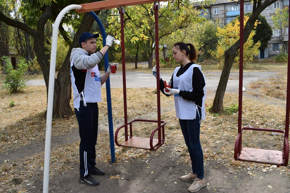 В Брянке молодёжные активисты покрасили детскую площадку 2