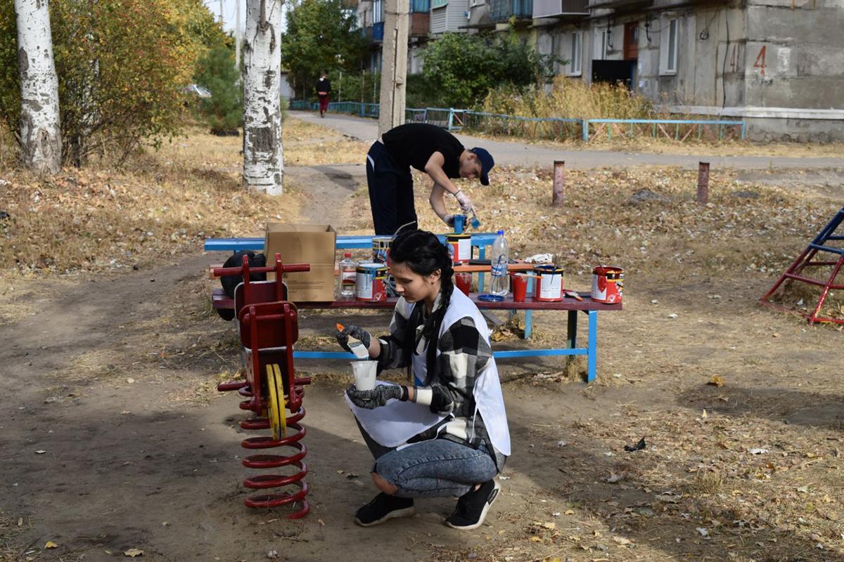 В Брянке молодёжные активисты покрасили детскую площадку