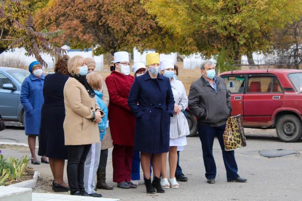 Алчевские активисты поблагодарили медиков города 3