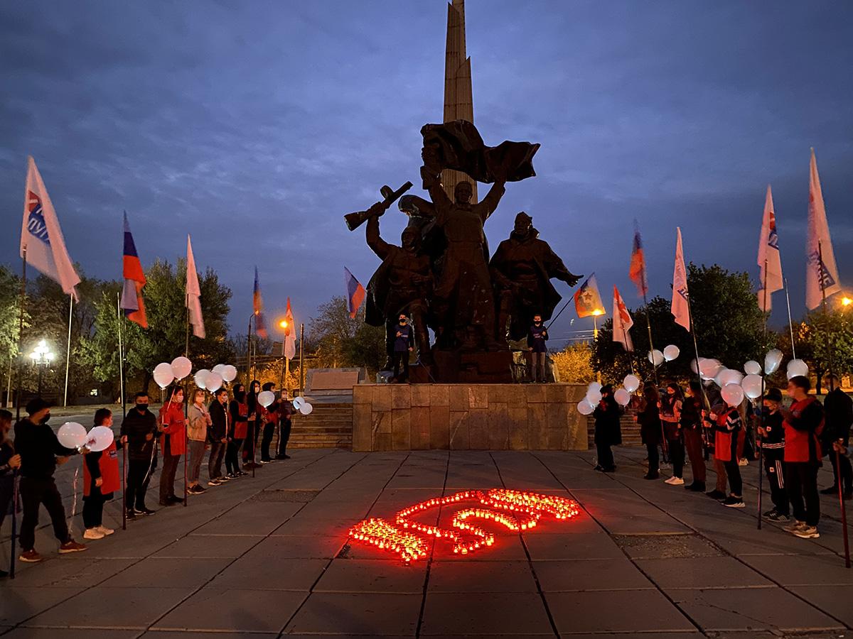 В Луганске в День белых журавлей почтили память павших на полях сражений