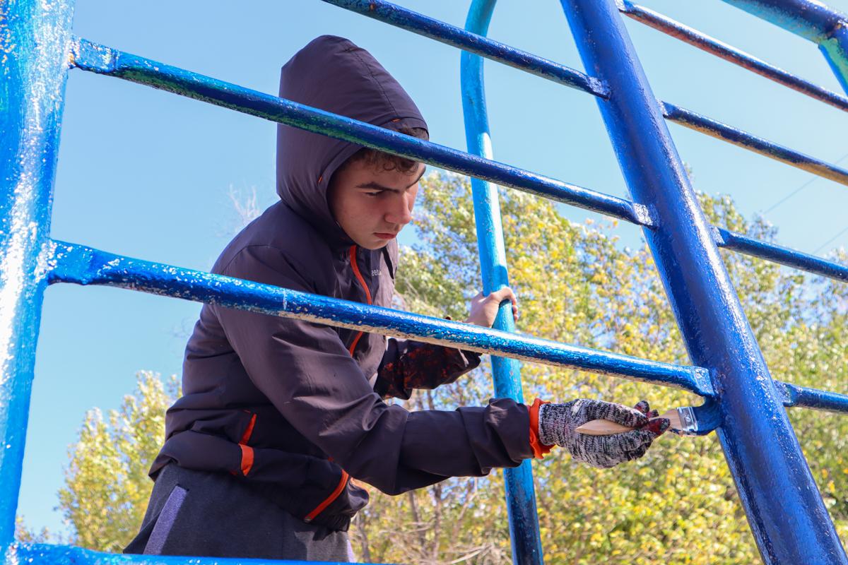 Активисты проекта «Мы помним!» совместно с учащимися луганской школы № 33 покрасили площадку 2